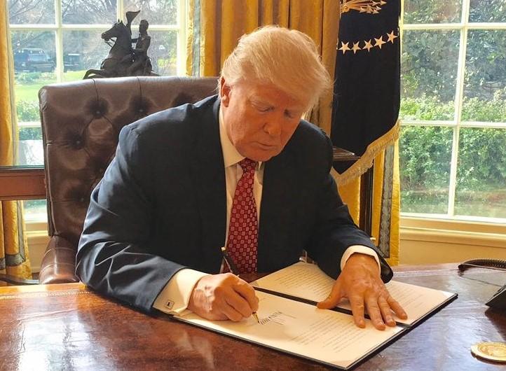 Donald Trump assinando uma ordem executiva;  Fonte: Casa Branca