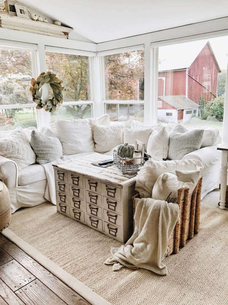 50+ Absolutely gorgeous farmhouse fall decorating ideas on Farmhouse Decorating Ideas  id=26954