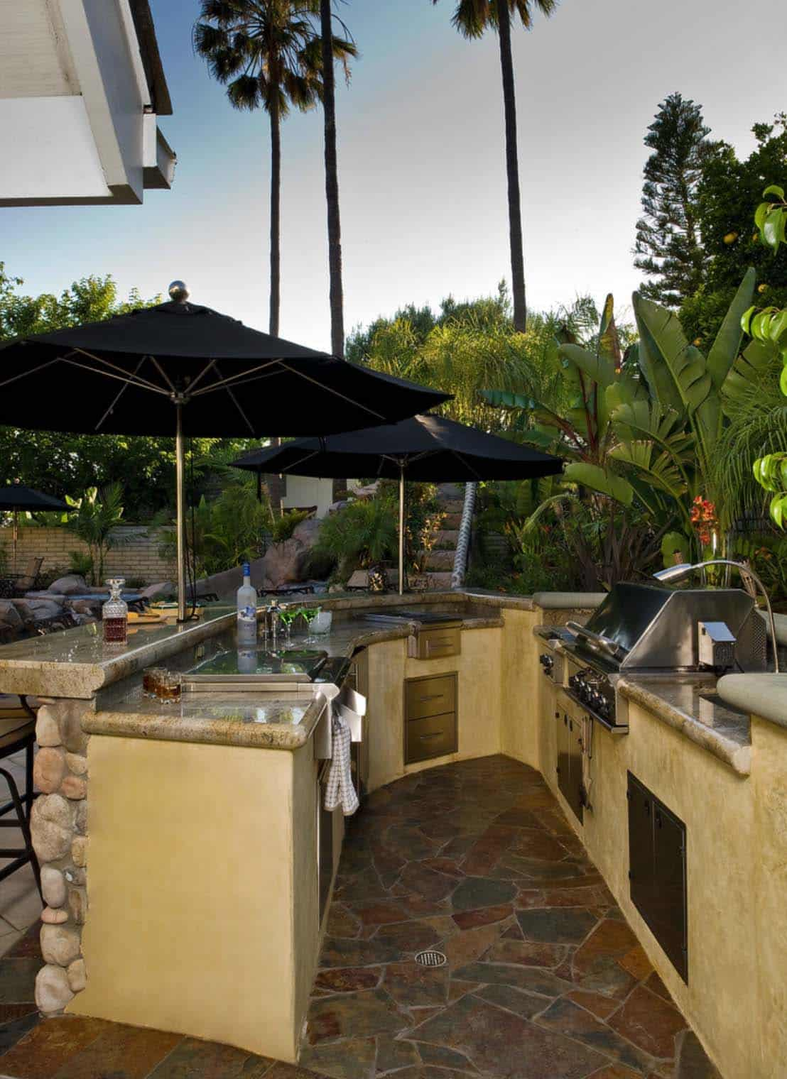 20+ Spectacular outdoor kitchens with bars for entertaining on Outdoor Bar Patio Ideas  id=46554