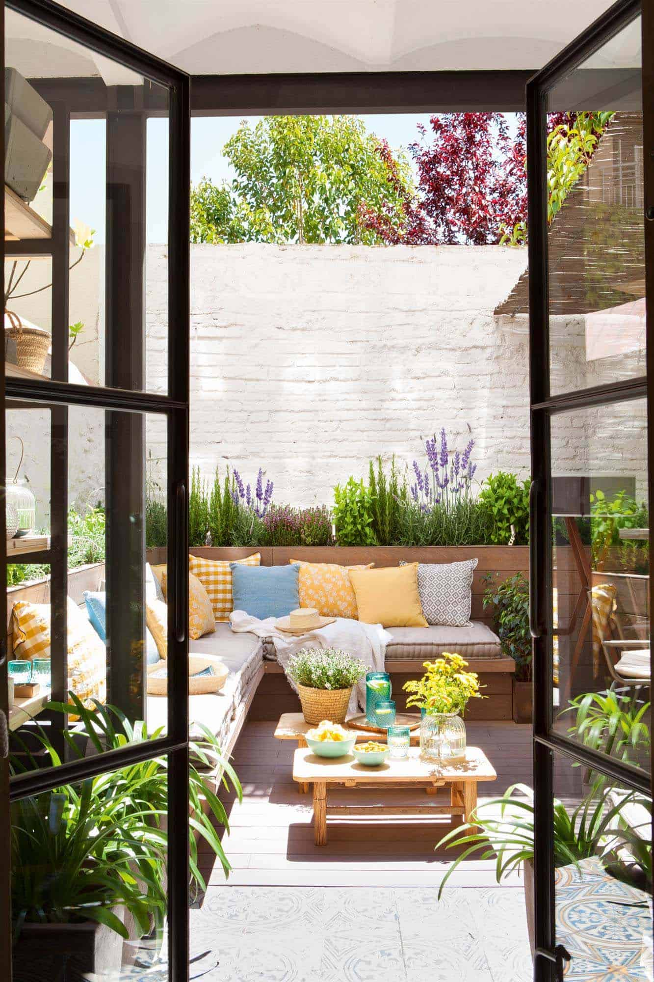 33 Fabulous Ideas For Creating Beautiful Outdoor Living Spaces on Outdoor Living Patio id=15940