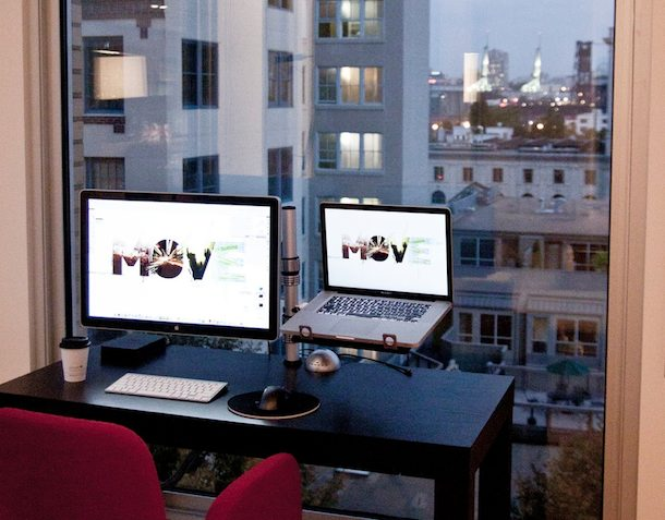 Apple Cinema и MacBook Pro с видом