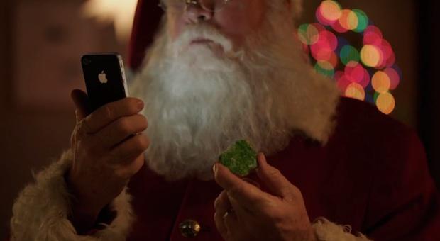 Санта с iPhone 4S