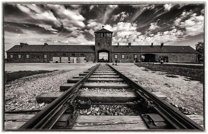 Entrada al campo de concentración nazi de Auswitch, hasta donde llegaba el tren con miles de víctimas de la barbarie