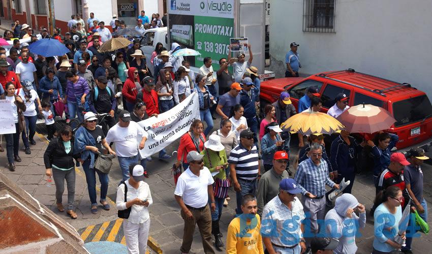Luego siguieron por la calle Fernando Villalpando y llegaron por un momento al edificio del Congreso local.