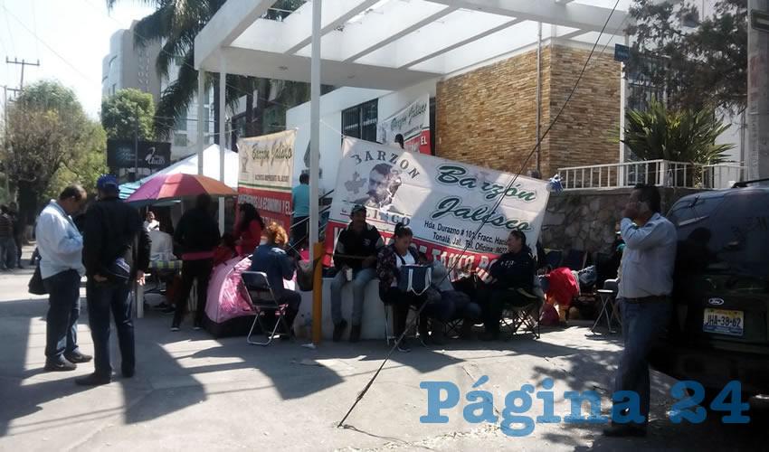 Un centenar de adheridos al Barzón Nacional Jalisco armaron un campamento afuera de la financiera Patrimonia para exigir que ésta libere la posibilidad de que 200 familias no pierdan sus patrimonios por intereses que han quintuplicado el valor de las propiedades/Foto: Francisco Tapia