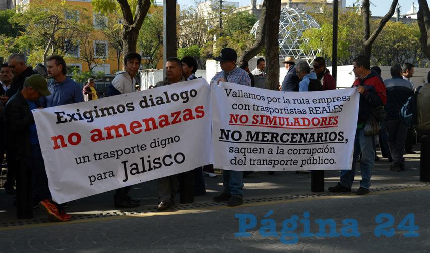 """""""Basta de corrupción en el transporte público"""", tronaron cientos de transportistas afuera del Congreso del Estado, para exigir/Fotos: Francisco Tapia"""