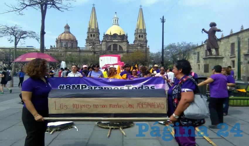 Con pancartas y tambores el contingente se plantó en Plaza de la Liberación para hacerle ver a las autoridades sus inacciones y falta de contacto con la realidad diaria que aqueja a miles de mujeres, quienes sufren desigualdad y maltratos/Foto: Elizabeth Ríos Chavarría