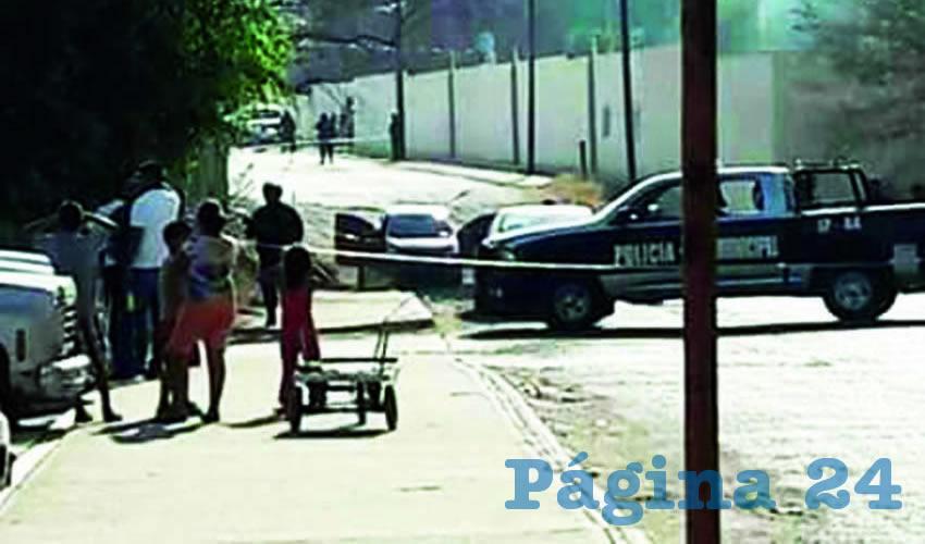 Las dos víctimas viajaban en un vehículo rojo de la marca Toyota, modelo Corolla, cuando fueron agredidos a balazos por varios sujetos, en Autlán de Navarro/Foto: Especial
