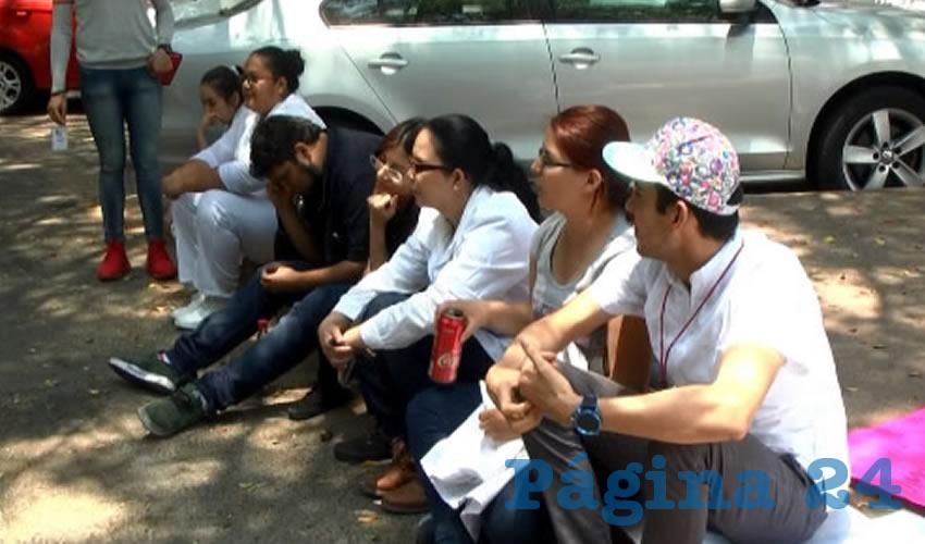 Empleados de la salud en Jalisco se manifestaron afuera de la SSJ para denunciar la falta de medicamento e insumos en los centros de salud; además criticaron que les reducen el sueldo a la mitad, sin justificación alguna, por lo que exigen trato justo/Fotos: Francisco Andalón López