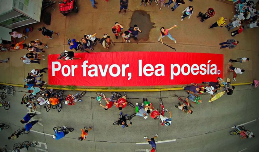 El proyecto Por favor, lea poesía ha llenado la ciudad de estampas con la finalidad de promover la lectura
