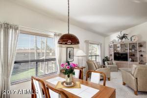 Bright and cheery livingroom