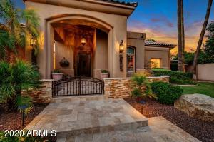 Welcome to this lovely home! Gated community in central Chandler. Close to Intel, shopping, schools, & 3 major freeways.
