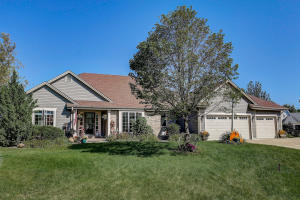 Property for sale at 562 W Red Pine Cir, Dousman,  Wisconsin 53118