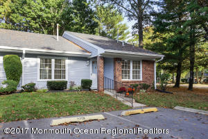 Beautiful End Unit Villa - 2 bdrm. ~ 2 bath with Parking Spot in Front. Close to Clubhouse & Pool.
