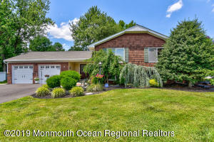 2 Sussex Place, Manalapan, NJ 07726