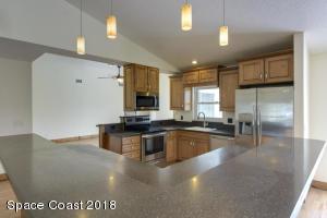 Kitchen w hardstone countertops