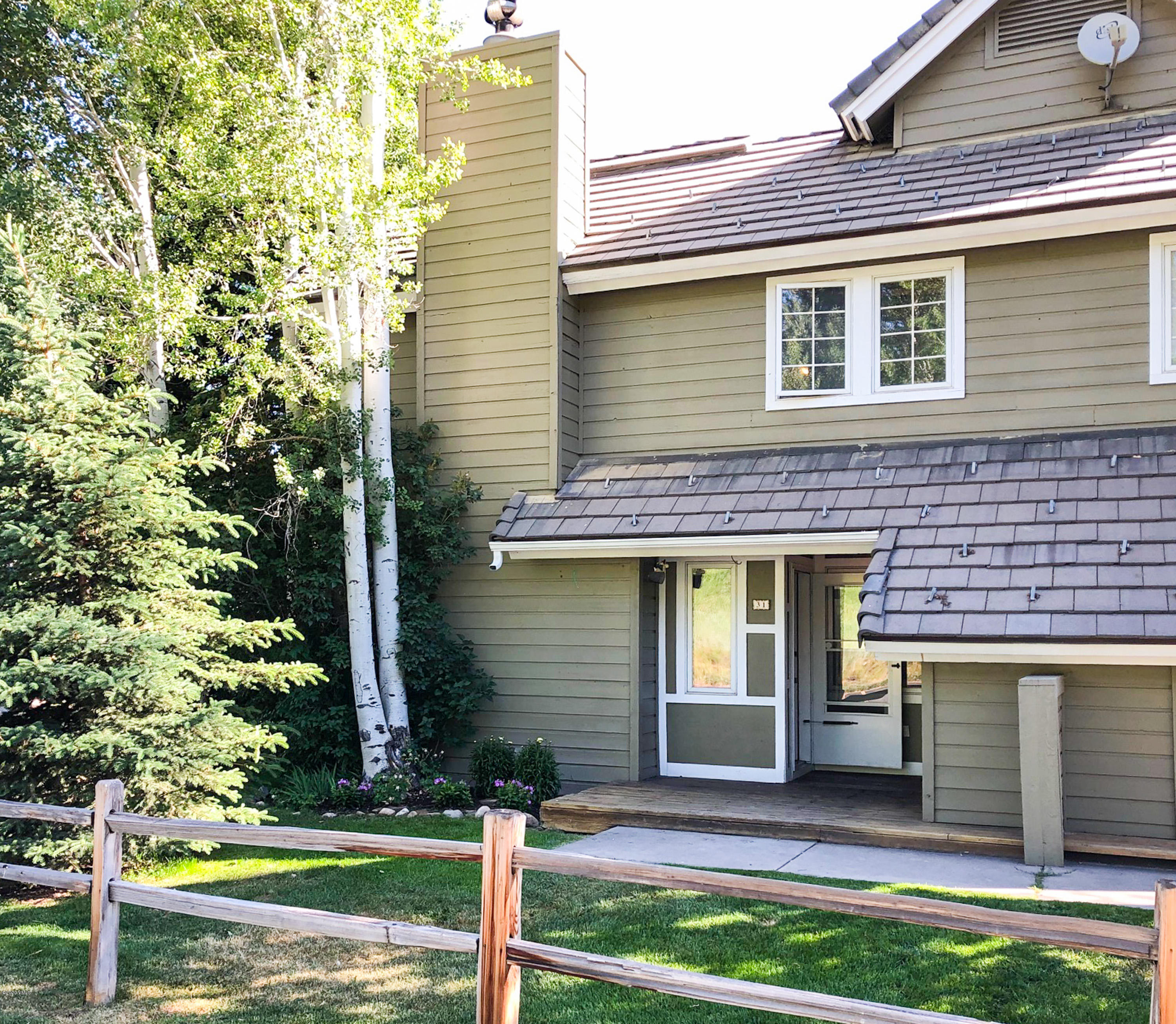 A great opportunity to own an adorable 3-bedroom plus loft, condo just steps from the Homestead Court Club in Edwards. Totally refreshed with new paint and carpet throughout. A wonderful first-time home or great rental property.