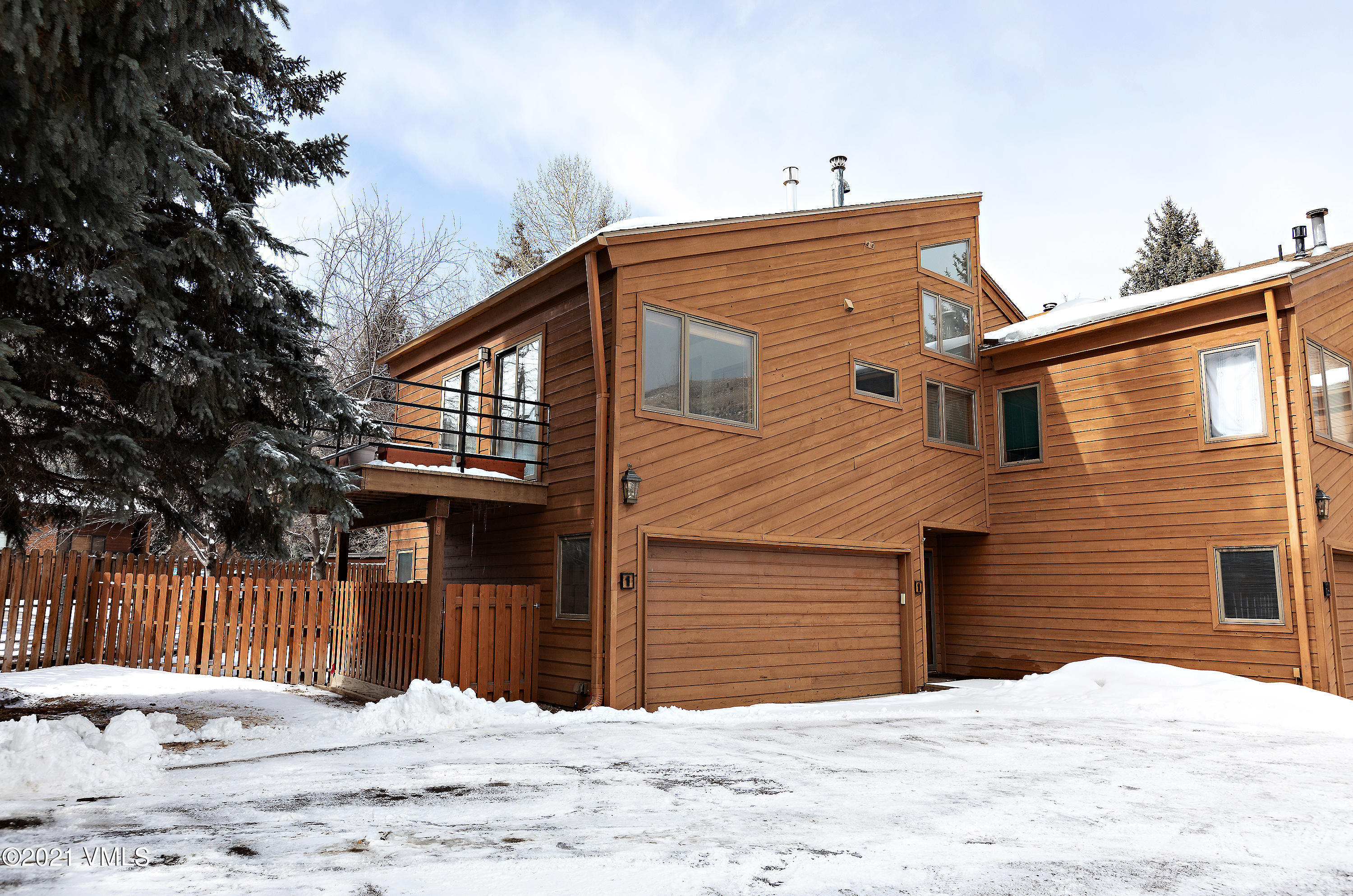Spacious end unit offering 4 bedrooms and 5 baths that lives more like a duplex than a triplex.  A plethora of natural sunlight, large bedrooms, oversized loft that could be converted to 5th bedroom and 2 car garage make this a desirable home.  Enjoy the outdoors and views while sitting on 1 of the 4 exterior decks. Walk to all of the amenities that EagleVail has to offer; a salt water pool, parks, tennis courts, pavilion, a Par 3 and 18-hole golf course.