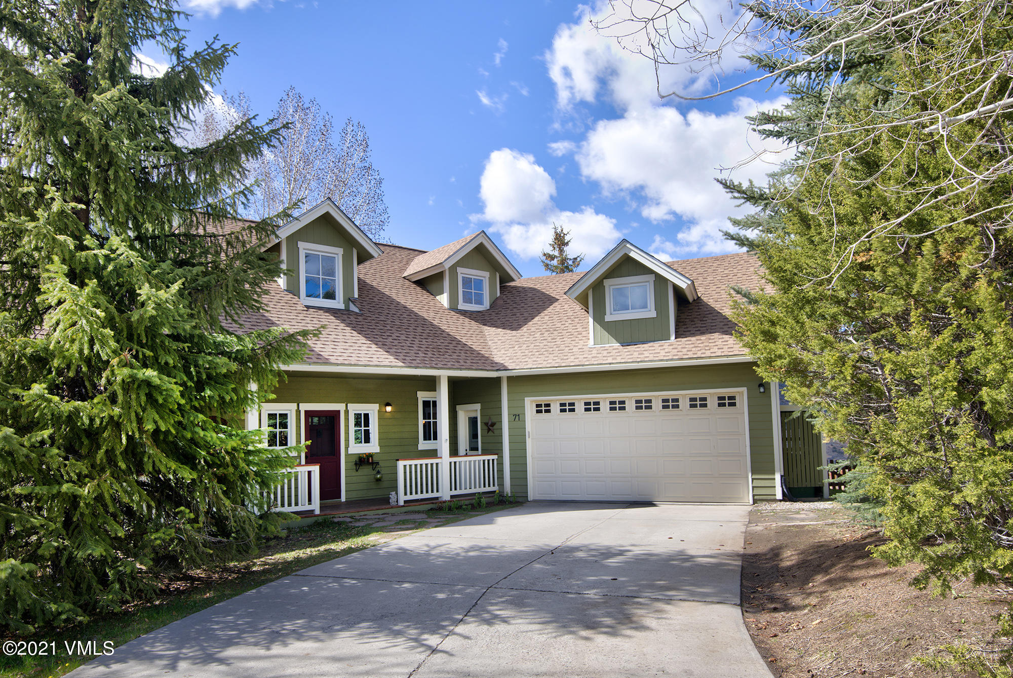 Upgraded single family home ideally located at the end of a secluded cul de sac. Tons of natural light and expansive views to enjoy from the open main floor and spacious private back deck.  This home offers 4 bedrooms, 3 baths, an oversized 2 car garage, a large fenced in back yard plus lots of potential in a 1305 SF unfinished basement. Upgrades include remodeled baths, new paint and carpet throughout, new roof, updated kitchen, new stone fire place and much more. Enjoy the great bonus room off one of the upstairs bedrooms which can be an extra hang out or flex space.  Just a short walk to the Homestead Court Club, which offers a fitness center, pool, hot tub and tennis courts. Close to all the shops and restaurants in downtown Edwards and outdoor activities in the Homestead open space.