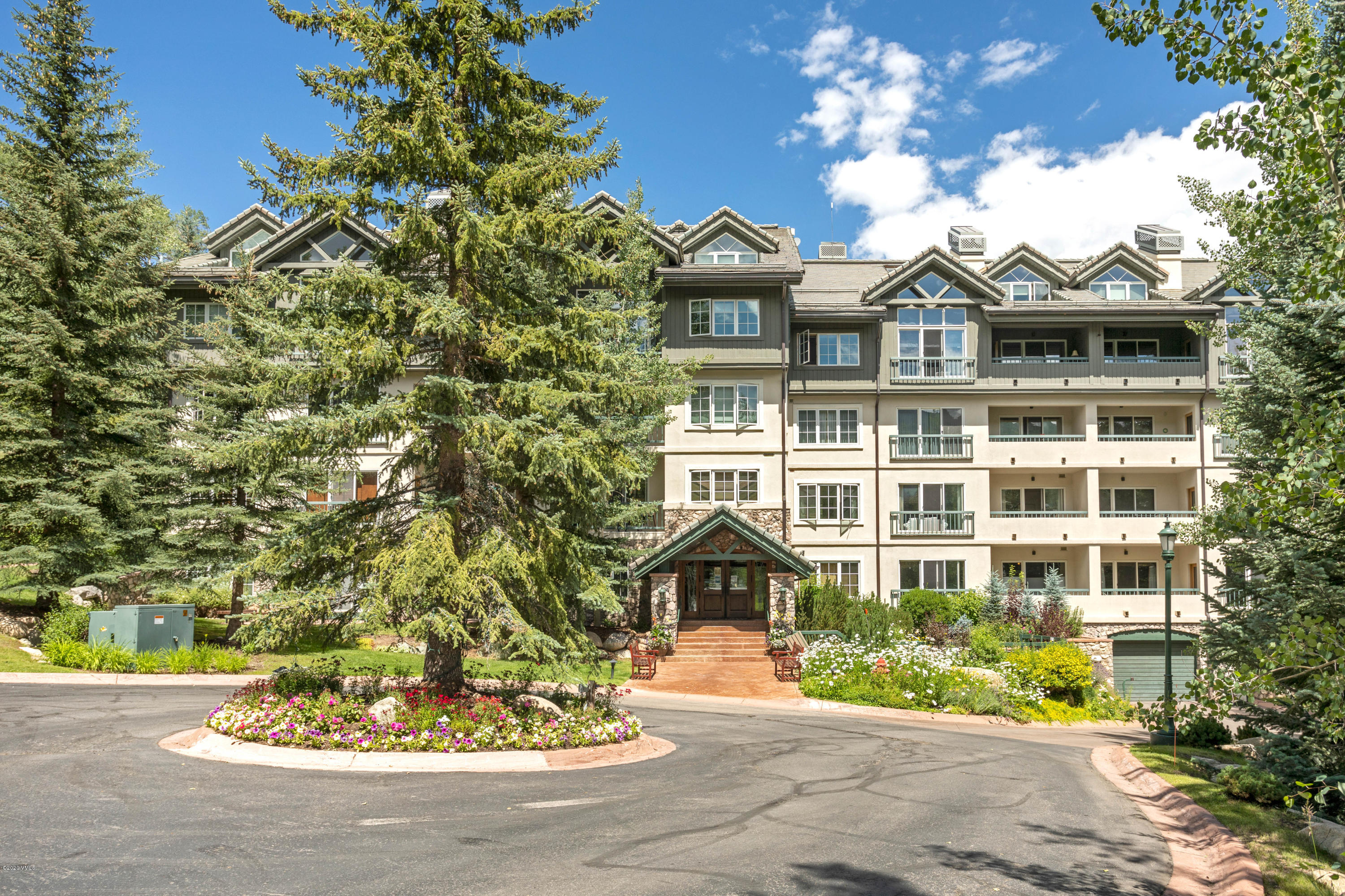 Gorgeous ski slope views from this remodeled single level 3 bedroom ski-in/ski-out residence. This home is an end unit with southern and eastern views and has easy access to the main lodge, outdoor hot tub and the pool area.