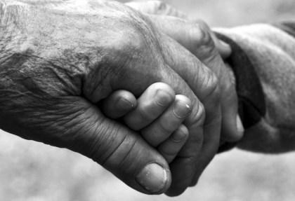 Un par de manos llenas de arrugas agarrándose https://i1.wp.com/cdn.pixabay.com/photo/2014/06/02/22/37/old-age-360714_960_720.jpg?resize=420%2C287&ssl=1
