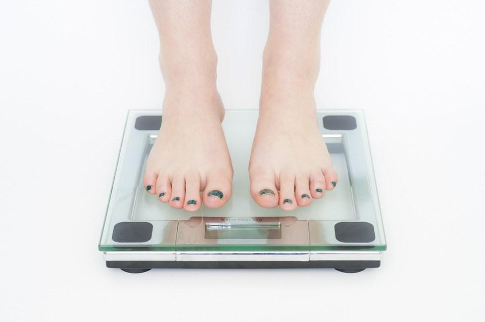 体重計に乗る女性