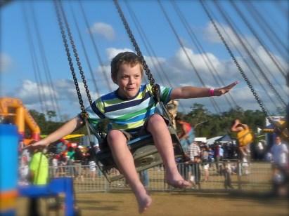 子, 飛行, 喜び, 屋外, うれしそうな, 幸福, 若いです, 幸せ, 楽しい, にこやか, フライ, 空気