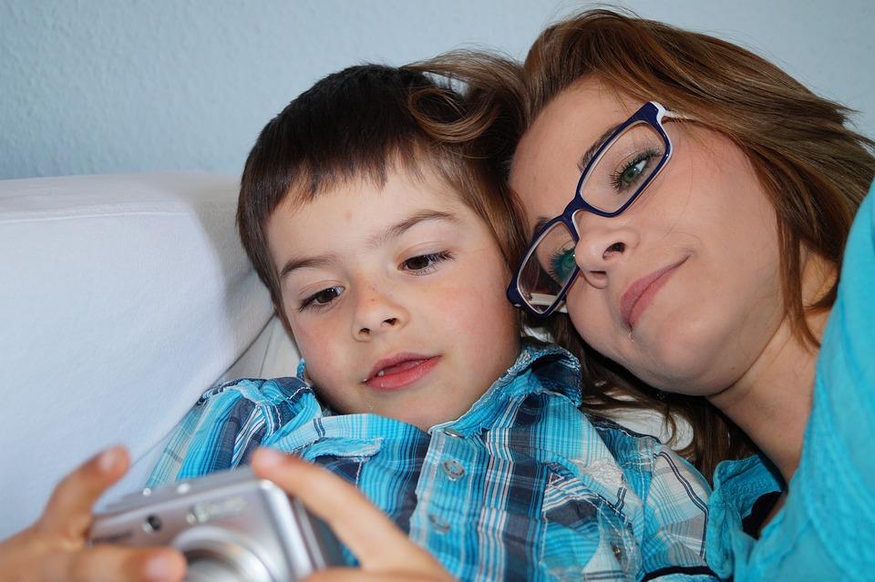 comunicação - mãe e filho olhando fotos em uma câmera