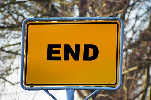 Yellow sign with blue borders saying END in black.
