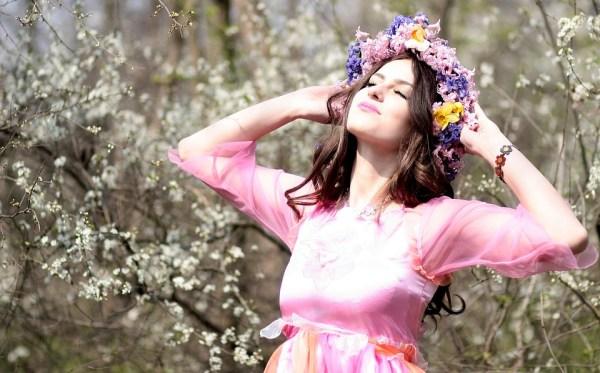 Бесплатная фотография Девушка Весна Цветы Венок Джой