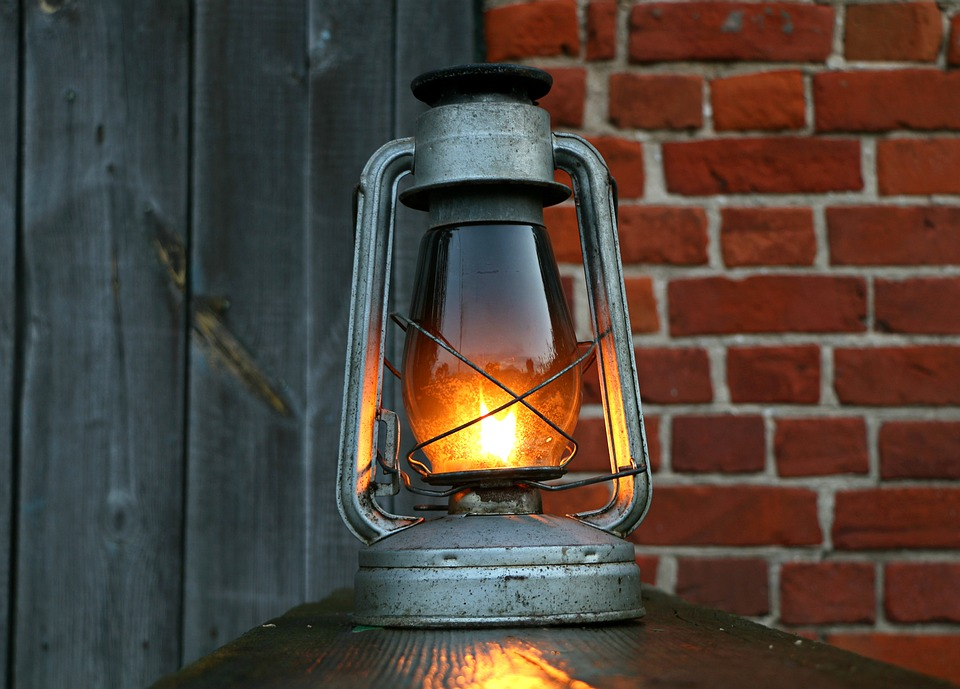 램프, 등유, 랜 턴, 고물, 보드, 빈티지, 오일, 빛, 벽돌, 저녁, 디자인