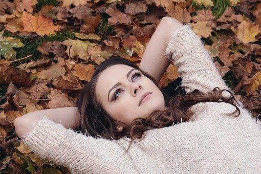 女性, ブルネット, 横, 休み, 休憩, 若い女性, 秋, 落ち葉, ニット