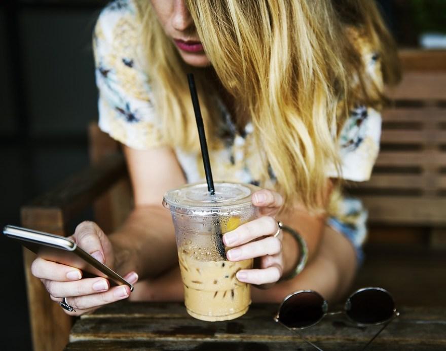 カップ, ドリンク, 女の子, 通信, 女性, スマート フォン, 携帯電話, 座っている