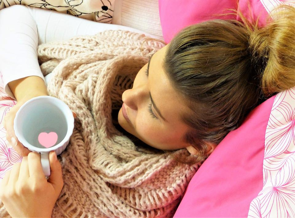 若い女性, 女の子, 懸念, 残り, 枕, ピンク, カップ, 心, 病気, 痛み, 休憩, 人間, 髪