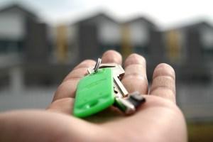 Personne tenant un trousseau de clés dans ses mains