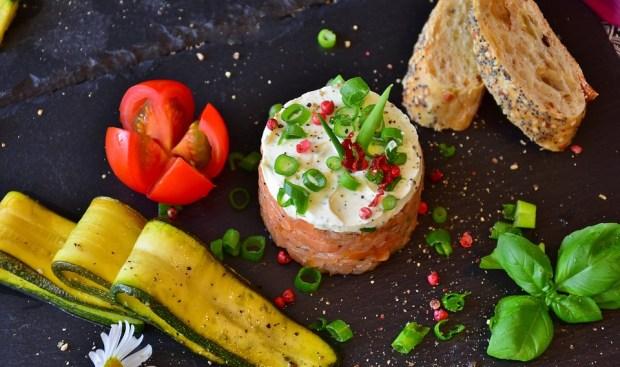 Tartare di zucchine e salmone, un piatto estivo con nigredienti crudi
