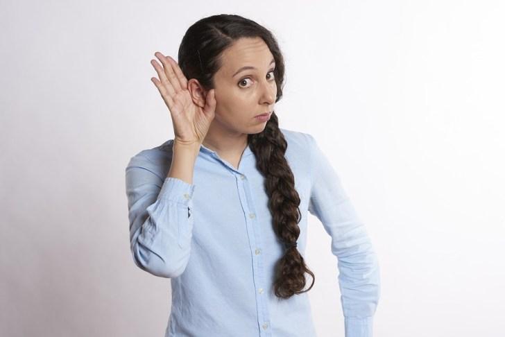 リスニング, 耳を傾ける, 動揺, 手でヘッド, 頭, 耳, 聴覚, 聞く, 手, 女性, 若いです, 大人
