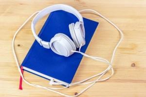 Des écouteurs posés sur un livre
