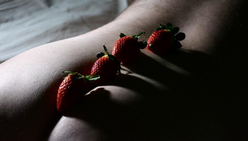Butt, Strawberries Fruit, Naked, Skin, Erotic, Nudes, fraises sur un dos d'homme, fesses, photo érotique, homme switch