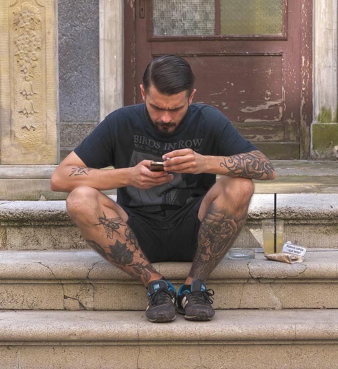 男, 携帯電話, 座って, 入れ墨, 階段, 思いやりのある, 注目, スマート フォン, 通信