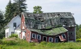 Ingezakte huizen als parodie op scheefwonen