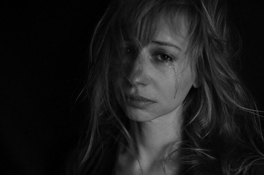 涙, 号泣, 痛み, 不正, 暴力, 犯罪, マウント, 悲しみ, 悪, 喜怒哀楽, 専制, 鼓動, 女の子