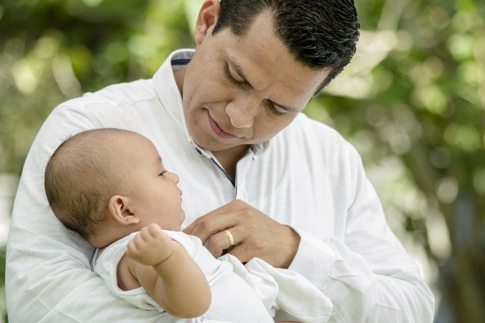 Tatusiowe coraz częściej korzystają z urlopu ojcowskiego