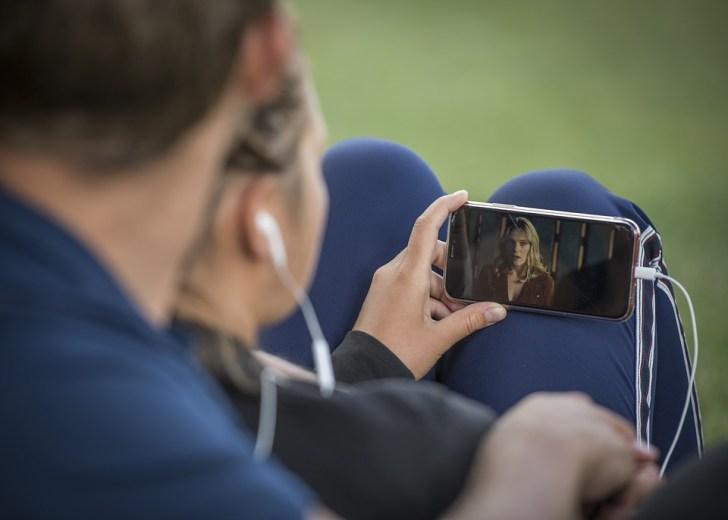 携帯電話, ビデオ, スマート フォン, ペア, 公園, Youtube, ビデオ映画, メディア