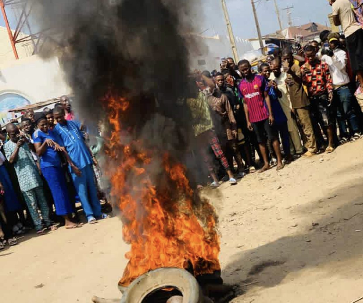 Irate mob sets ablaze three suspected motorcycle thieves in Lagos