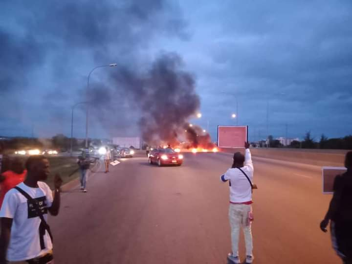 Some youths protest on Abuja Airport road