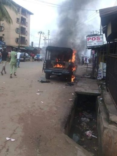 The vehicle of the 3 policemen set ablaze