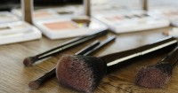 2. Jarang membersihkan alat makeup