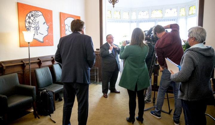 2017-04-28 10:41:09 DEN HAAG - De in opspraak geraakte VVD-voorzitter Henry Keizer in het hoofdkantoor van Facultatieve Media na afloop van een gesprek met de media. Volgens journalisten van Follow the Money heeft Keizer niet integer gehandeld bij een zakendeal. ANP JERRY LAMPEN