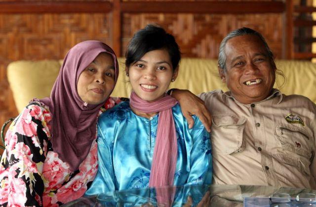 kartika-sari-dewi-shukarnor-with-her-parents